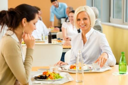 Cafeteria Mittagessen junge Frau essen Salat im Büro Kantine Standard-Bild