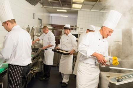 직업적인 부엌 바쁜 팀 요리사 및 요리사는 식사를 준비합니다 스톡 콘텐츠