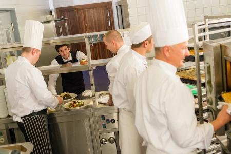cocinas industriales: Grupo de los cocineros en la cocina profesional, preparar las comidas de restaurantes de servicio