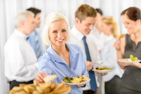 lunchen: Lachende vrouw tijdens bedrijf lunchbuffet houden salade