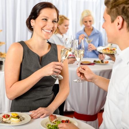 Negocios de eventos dos colegas celebrar bebida brindis disfrutar de buffet de cocina Foto de archivo
