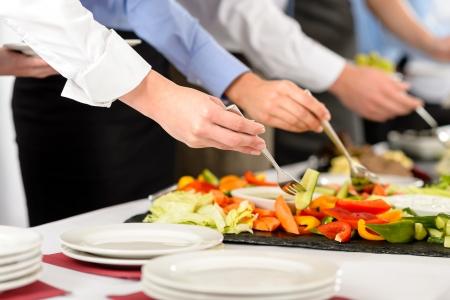 buffet: Business-catering mensen nemen buffet eten tijdens bedrijfsevenement