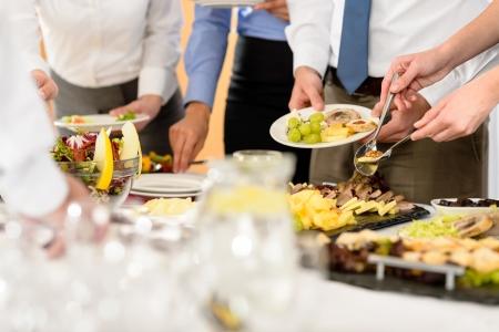 buffet food: Empresas de restauraci�n de servicio para la celebraci�n formal de la compa��a de cerca Foto de archivo