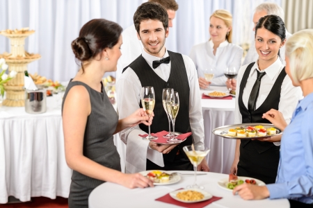 camarero: Servicio de catering en refrescos de reuniones de negocios de comida ofrecen a la mujer