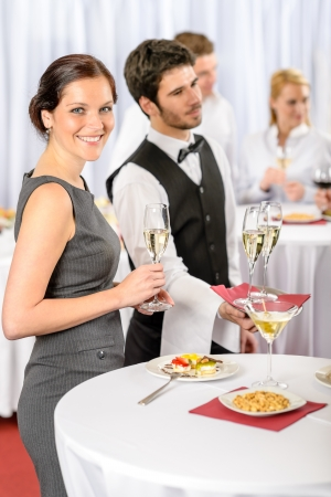 Service de traiteur lors de la réunion d'affaires du champagne offre l'apéritif à la femme