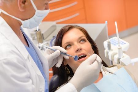 higiene: Paciente sano en el consultorio de dentista tiene los dientes chequeo de estomatolog�a