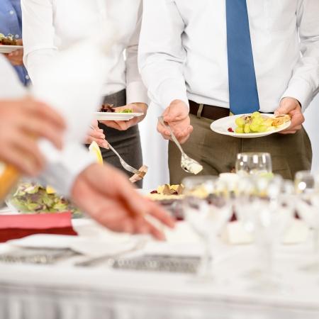 meseros: Empresas de catering para la celebraci�n formal de la compa��a de cerca Foto de archivo