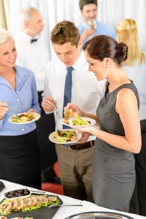 buffet food: Compa�eros de trabajo buffet catering servicio de aperitivos evento de la empresa