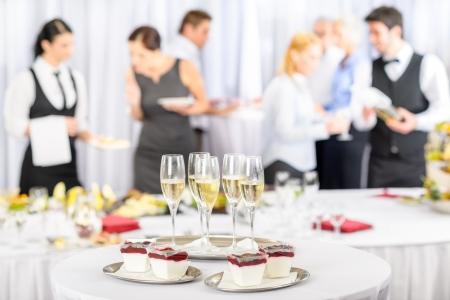 Desserts en Champagne voor zakelijke bijeenkomst deelnemers aan de conferentie