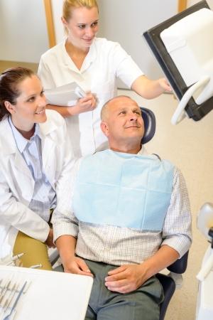 arzt gespr�ch: Portrait von reifen Mann Absprache mit Zahnarzt Chirurg Stomatologie Klinik