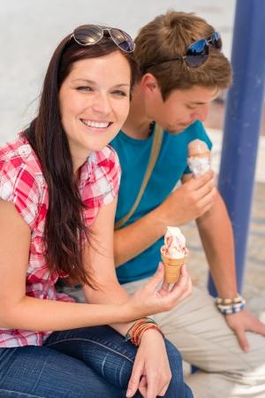 comiendo helado: Pareja joven lamiendo un helado dulce en día de verano Foto de archivo