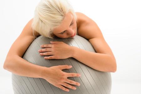 cansancio: Agotado el deporte la mujer descansando sobre pelota de fitness en el fondo blanco