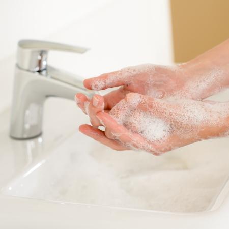 lavamanos: Close-up de lavarse las manos con jabón por encima de lavabo del baño