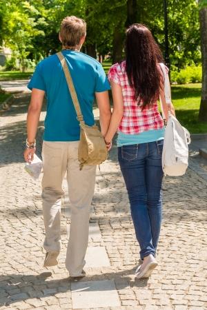 parejas caminando: Manos Pareja celebraci�n caminando en el parque de detr�s de amor