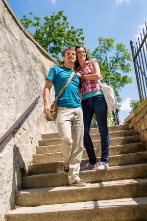 down the stairs: Pareja joven feliz caminando por las escaleras sonriente en el amor