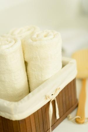 Serviettes de bain close-up plié dans le panier en bois