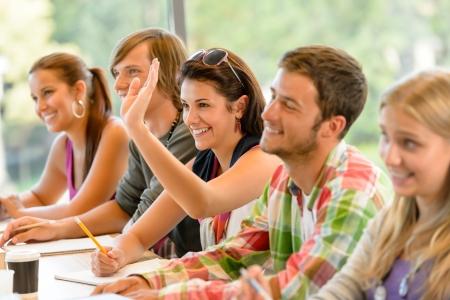 estudiantes universitarios: Estudiante de secundaria que levanta su mano en la lecci�n de clase de estudio de los adolescentes