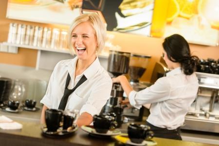 cafe bar: Serveerster serveren van koffie kopjes maken van espresso vrouw cafe bar werken