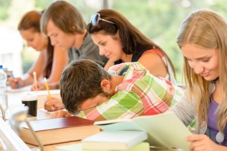 gente durmiendo: Estudiante de secundaria para conciliar el sue�o en la universidad lecci�n de clase adolescentes aburridos Foto de archivo