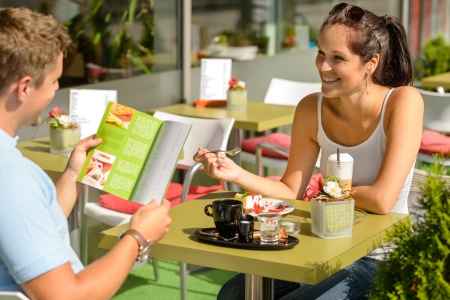 pareja comiendo: Comer Pareja busca mujer en restaurante men� del caf� sonriendo