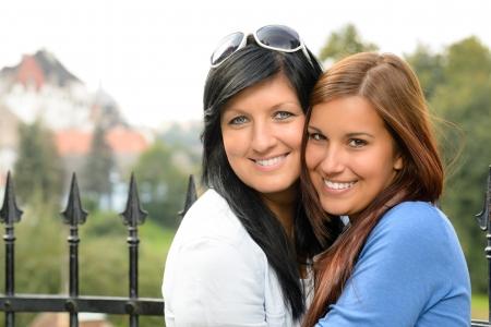edad media: Madre e hija pasar el tiempo libre al aire libre de la familia feliz adolescente Foto de archivo