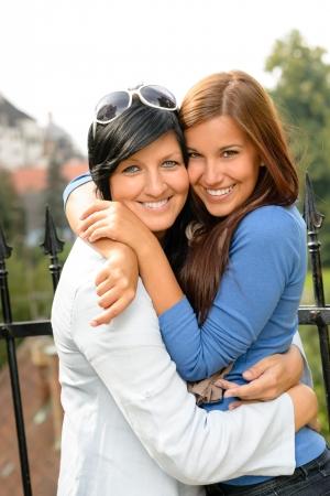mother with daughter: Hija y madre abrazando unión adolescente al aire libre feliz unión amorosa Foto de archivo