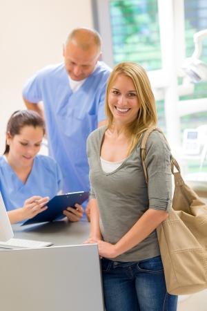 laboratorio dental: Paciente de sexo femenino que viene a la cirug�a dental check-up recepci�n cita