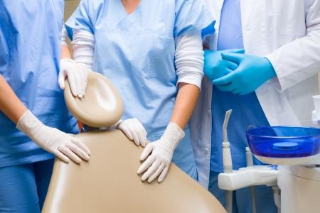 laboratorio dental: Equipo dental cirug�a silla de pie alrededor de primer plano listo para el paciente Foto de archivo