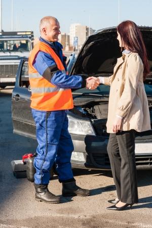 clavados: Mujer saludo mecánico después de que su técnico avería del coche hombre problema Foto de archivo