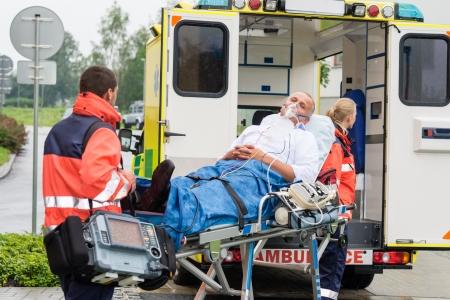 Máscara de oxígeno paciente masculino camilla de ambulancia de emergencia del hospital transporte