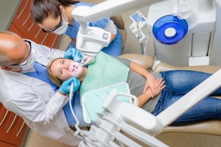 caries dental: Al paciente dentista mujer joven acostada en la silla dental