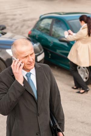 L'homme au téléphone après un accident de voiture accident de collision femme