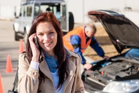 Vrouw praten over mobiele telefoon na autopech problemen probleem monteur
