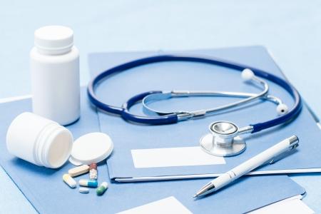equipos medicos: Estetoscopio equipo m�dico, la pluma y la medicaci�n sobre los documentos