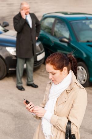 accidente transito: Mujer que llama seguro despu�s de accidente de coche accidente problema problemas del hombre Foto de archivo