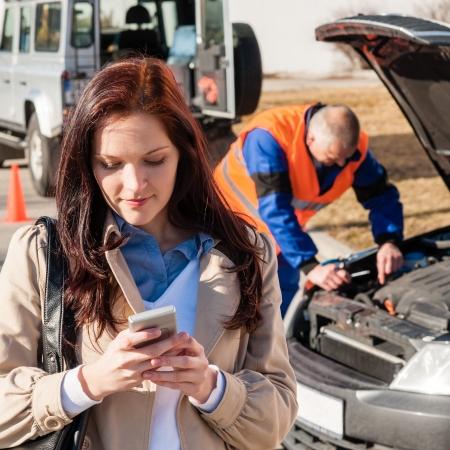 dialing: Mujer en el tel�fono celular despu�s de marcar problema del coche desglose accidente accidente Foto de archivo