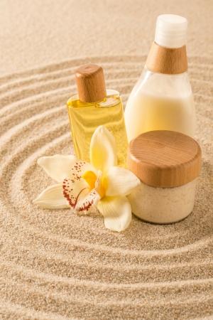 Produit du corps sur le sable Spa orchidée soins de beauté fleur