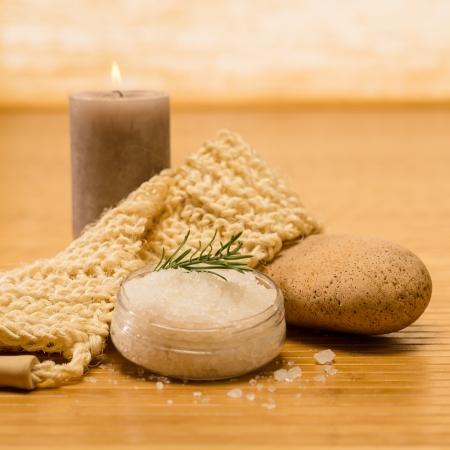 productos naturales: Spa productos naturales exfoliante la piel y la sal en el fondo de madera