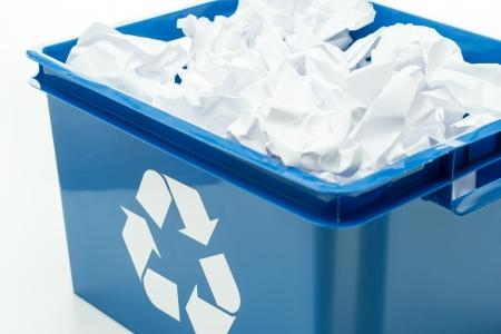 papelera de reciclaje: Reciclaje azul bin caja con residuos de papel en blanco