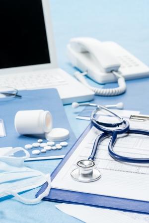 Bureau du médecin avec stéthoscope médical documents fournitures Banque d'images