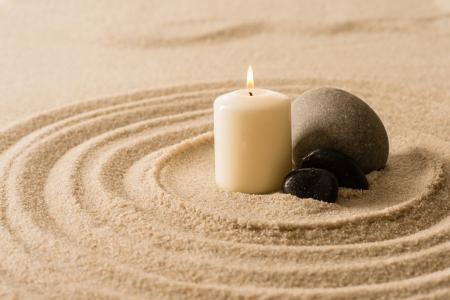 luz de velas: Spa vela atm�sfera zen con piedras en la arena todav�a la naturaleza Foto de archivo