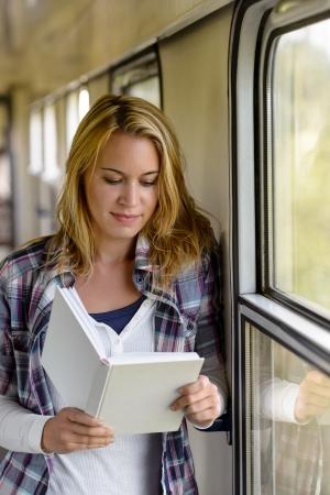 mujer leyendo libro: Mujer libro de lectura en sala tren vacaciones viajar viaje viajero Foto de archivo