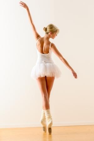zapatillas ballet: Bailando hermosa bailarina de ballet en el estudio de la mujer bailarina ensayo Foto de archivo