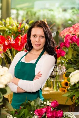 petites fleurs: Jeune femme debout fleuriste fleur propri�taire d'entreprise petite boutique