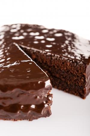 Gâteau Sacher avec de la sauce glaçage au chocolat isolé sur blanc