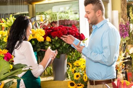 L'homme commande client bouquet de fleurs fleur fleuriste
