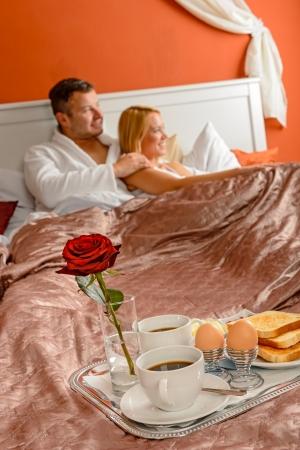 petit dejeuner romantique: H�tel romantique petit d�jeuner en chambre jeune couple regardant lit
