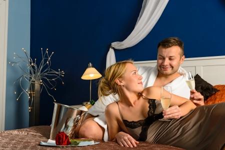 enamorados en la cama: Amando pareja rom�ntica de San Valent�n