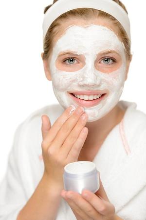 pulizia viso: Giovane ragazza felice di mettere la maschera di pulizia trattamento viso viso Archivio Fotografico