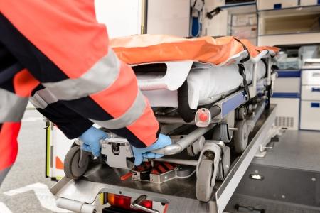 ambulancia: Param�dico sacar camilla de ambulancia